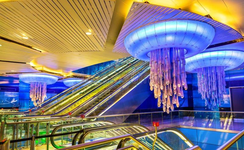 Interior de la estación de metro de BurJuman en Dubai fotos de archivo libres de regalías
