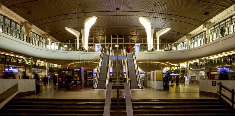 Interior de la estación de tren central en Varsovia, Polonia imagen de archivo