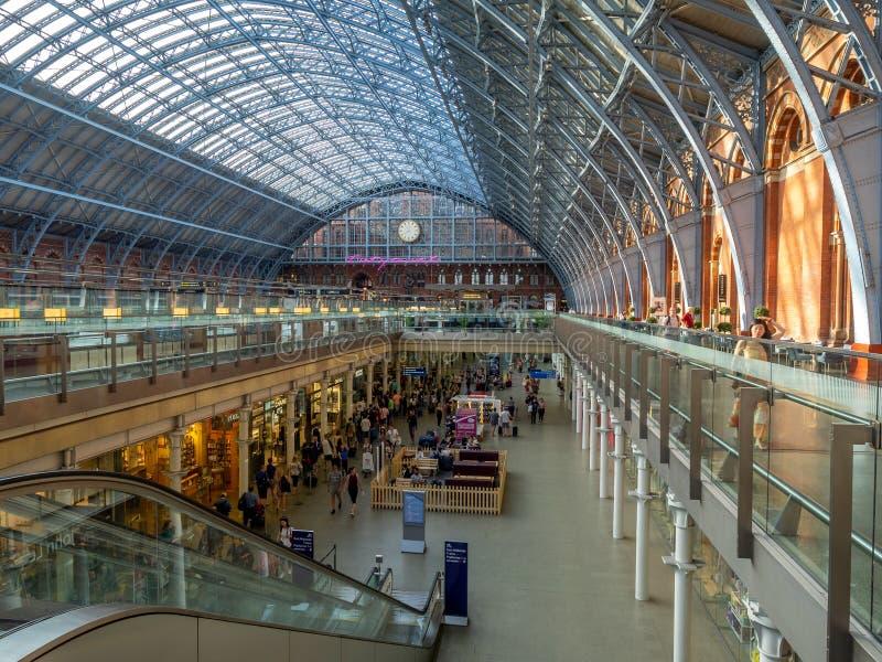 Interior de la estación de tren de St Pancras, Londres fotos de archivo