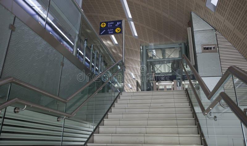 Interior de la estaci?n de metro moderna en la ciudad de Dubai imágenes de archivo libres de regalías