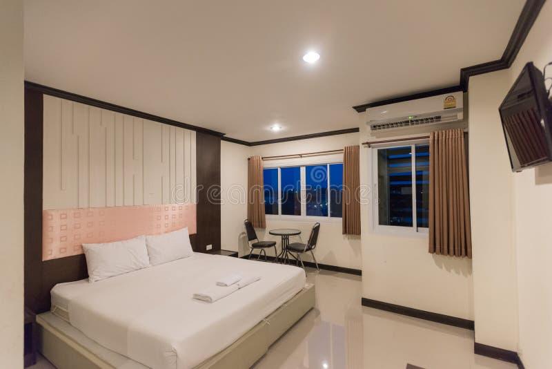 Interior de la habitación, almohada blanca hermosa en la decoración de la cama en interior del dormitorio foto de archivo libre de regalías