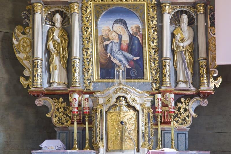Interior de la iglesia con la familia santa fotografía de archivo