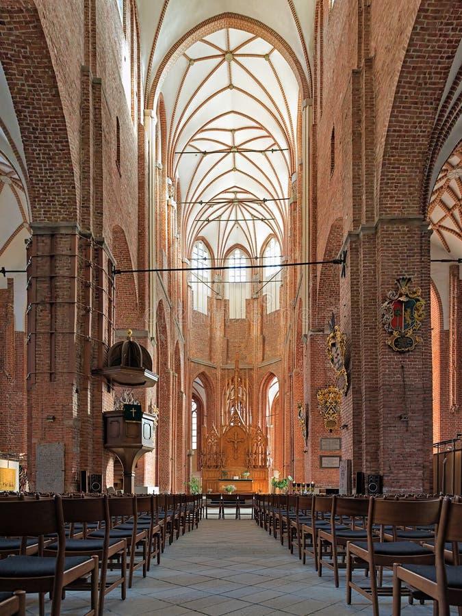 Interior de la iglesia de San Pedro en Riga, Letonia foto de archivo