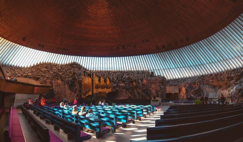 Interior de la iglesia de Temppeliaukio de la iglesia de la roca en el centro de la ciudad de Helsinki, Finlandia fotografía de archivo
