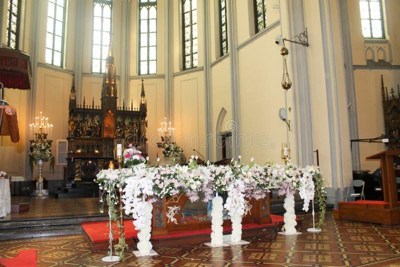 Interior de la iglesia embellecido con las flores fotos de archivo libres de regalías