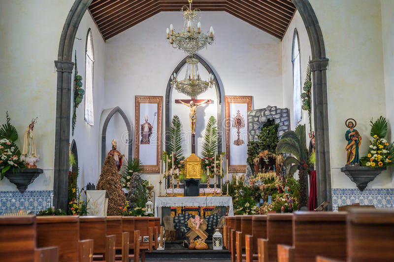 Interior de la iglesia en la Navidad imagenes de archivo