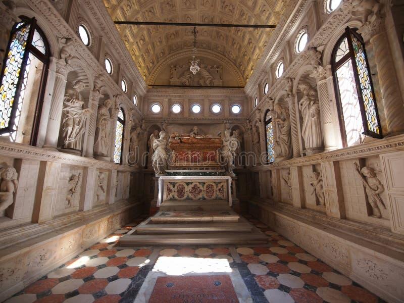 Interior de la iglesia en Trogir foto de archivo