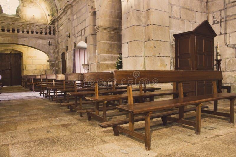 Interior de la iglesia medieval antigua Iglesia vacía con los bancos y confesonario Pasillo histórico de la abadía Concepto de la foto de archivo