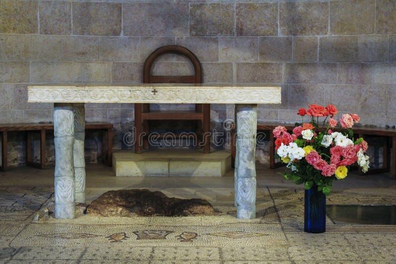 Interior de la iglesia de la multiplicación de panes y de pescados en Tabgha, Israel fotografía de archivo