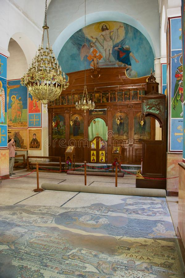 Interior de la iglesia ortodoxa griega de San Jorge en Madaba, Jordania imagen de archivo