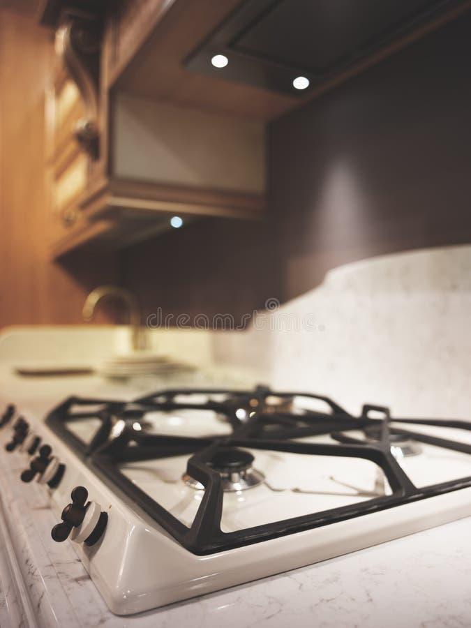 Interior de la imagen macra de la vertical de la cocina de gas del primer de la cocina de madera beige clásica moderna foto de archivo