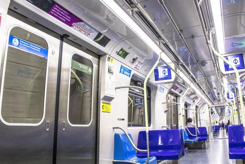 Interior de la línea 5 tren de la lila en Sao Paulo imagenes de archivo