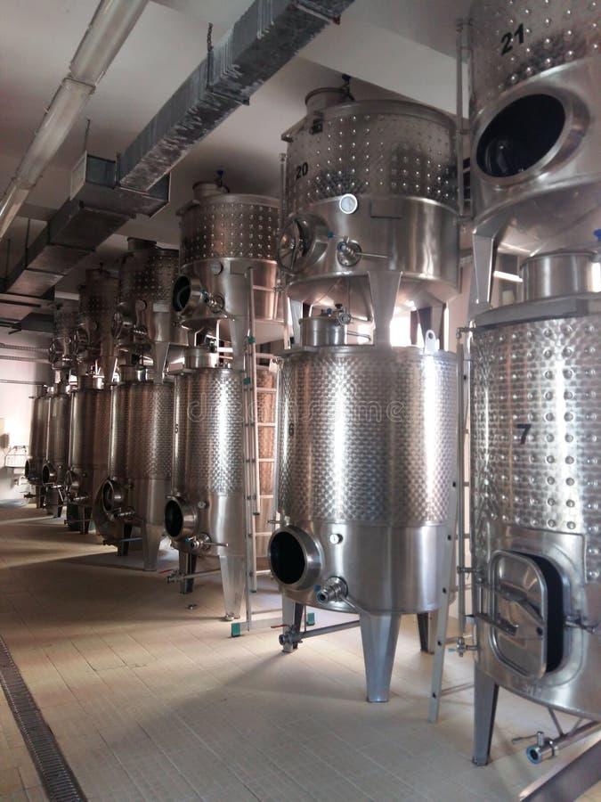 Interior de la maquinaria industrial de acero en la fabricación del vino foto de archivo libre de regalías