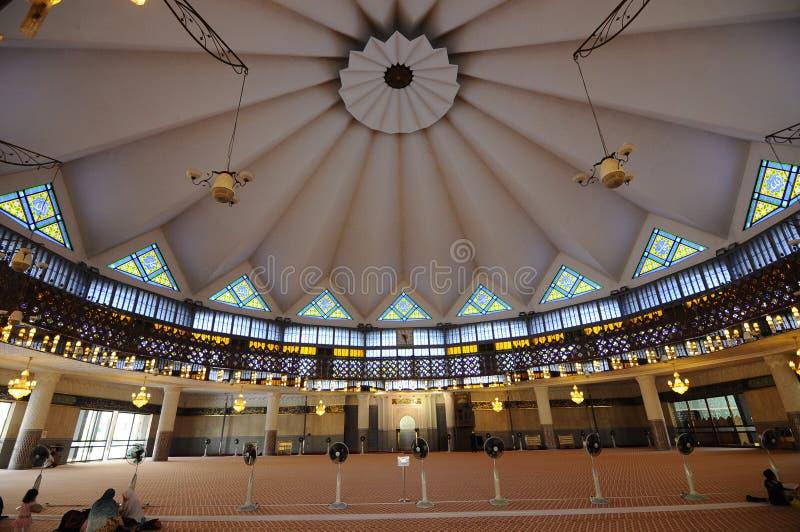 Interior de la mezquita nacional aka Masjid Negara de Malasia imagen de archivo
