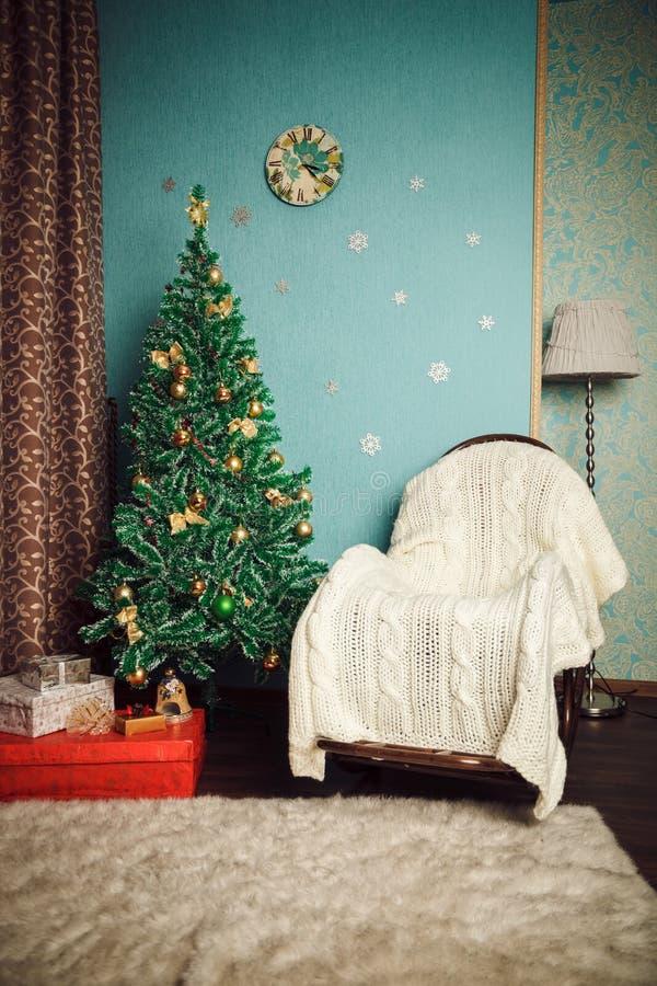Interior de la Navidad - árbol y mecedora imagen de archivo