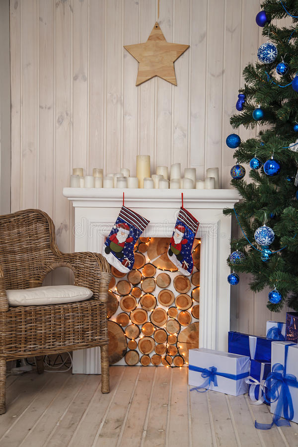 Interior de la Navidad con la chimenea blanca en color azul imagen de archivo