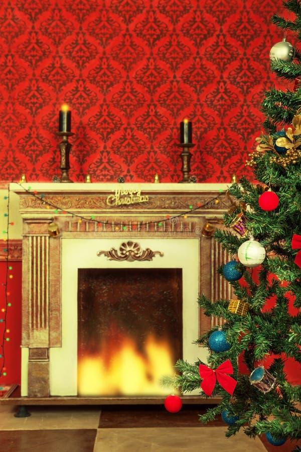 Interior de la Navidad del vintage de Sensasional con un árbol y un firepla ilustración del vector
