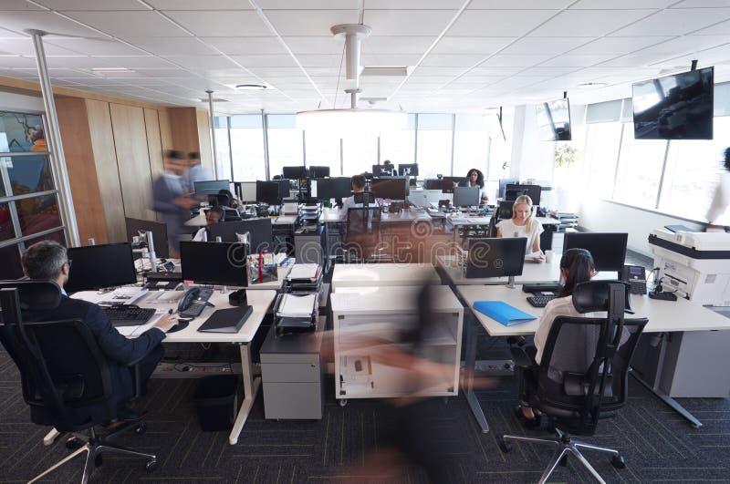 Interior de la oficina abierta moderna ocupada del plan con el personal foto de archivo