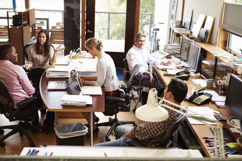 Interior de la oficina de arquitecto ocupada con el funcionamiento del personal imagenes de archivo