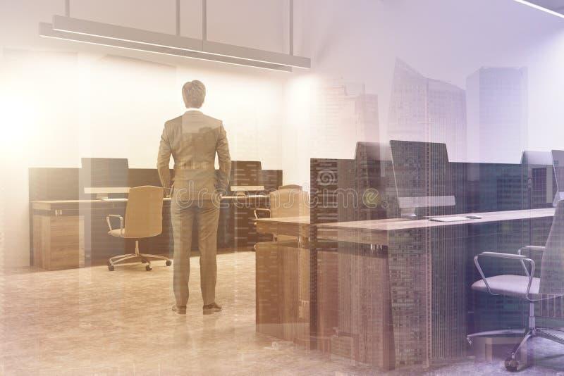 Interior de la oficina del espacio abierto del blanco, hombre entonado foto de archivo libre de regalías