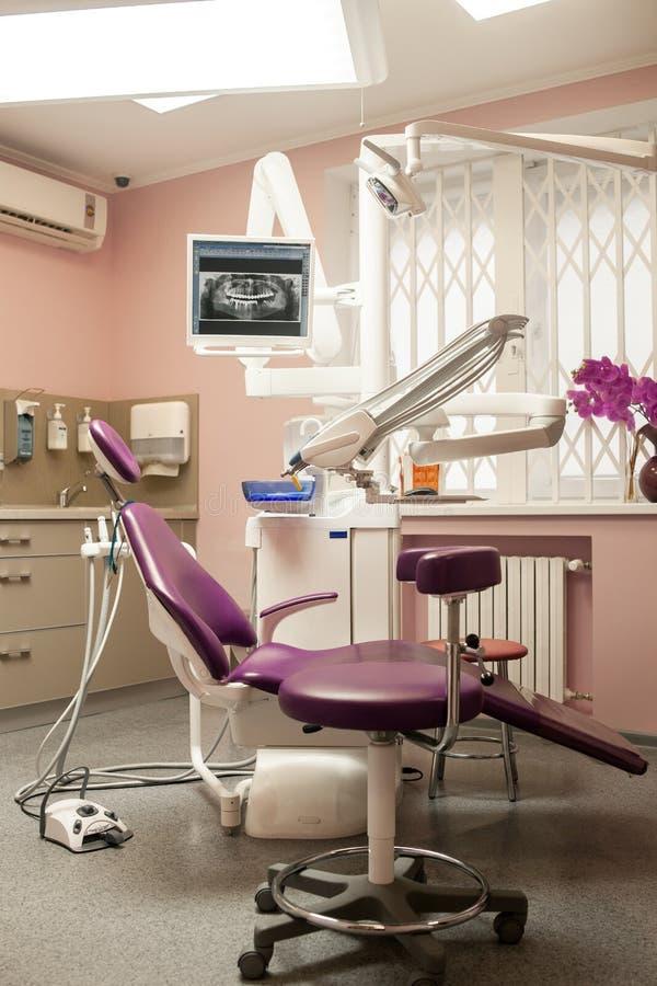 Interior de la oficina dental moderna de la clínica con la unidad dental, equipm fotografía de archivo libre de regalías