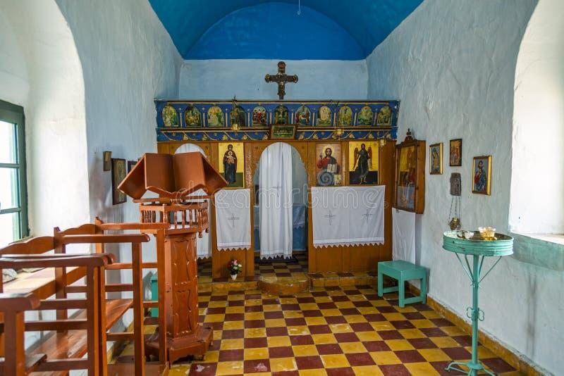 Interior de la pequeña iglesia ortodoxa griega fotografía de archivo libre de regalías