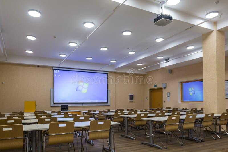 Interior de la sala de clase moderna de la escuela de las audiencias vacías de la universidad para el estudiante durante estudio, fotografía de archivo