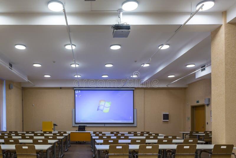 Interior de la sala de clase moderna de la escuela de las audiencias vacías de la universidad para el estudiante durante estudio, fotos de archivo libres de regalías