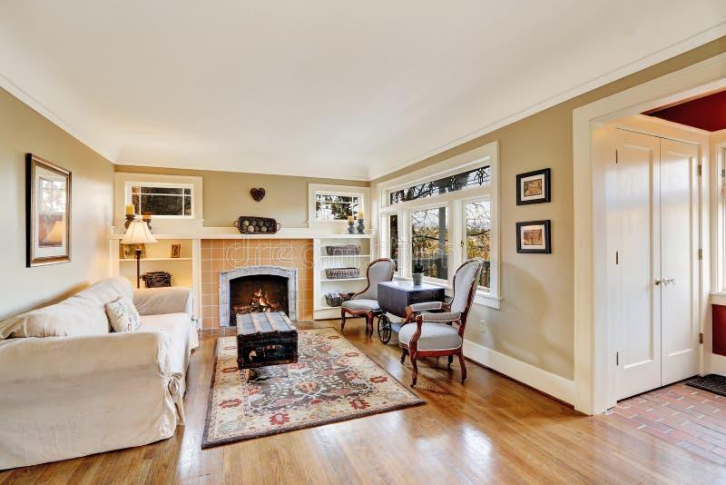 Interior de la sala de estar con la chimenea en casa vieja for Sala con camino