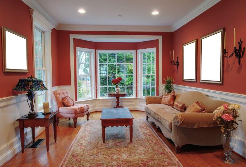 Interior de la sala de estar con la ventana de bahía fotos de archivo libres de regalías