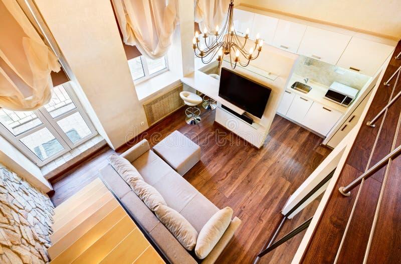 Interior de la sala de estar del estilo del nouveau del arte moderno dos-alto fotografía de archivo libre de regalías
