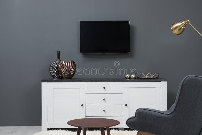Interior de la sala de estar con el plasma TV en la pared del color foto de archivo