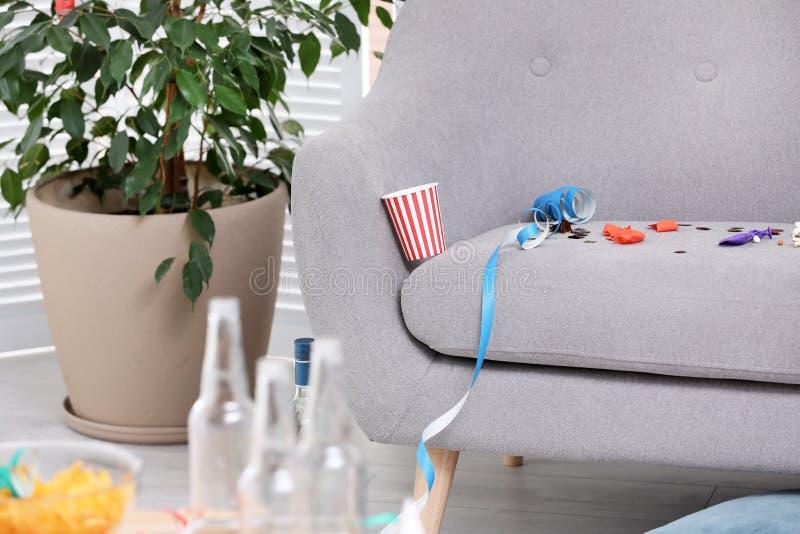 Interior de la sala de estar con el sofá sucio Después de partido fotos de archivo