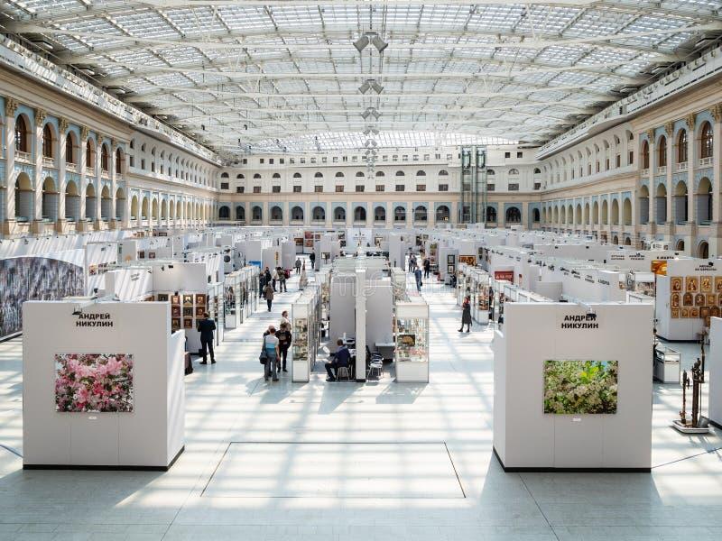 Interior de la sala de exposiciones de Moscú Gostiny Dvor imagen de archivo libre de regalías