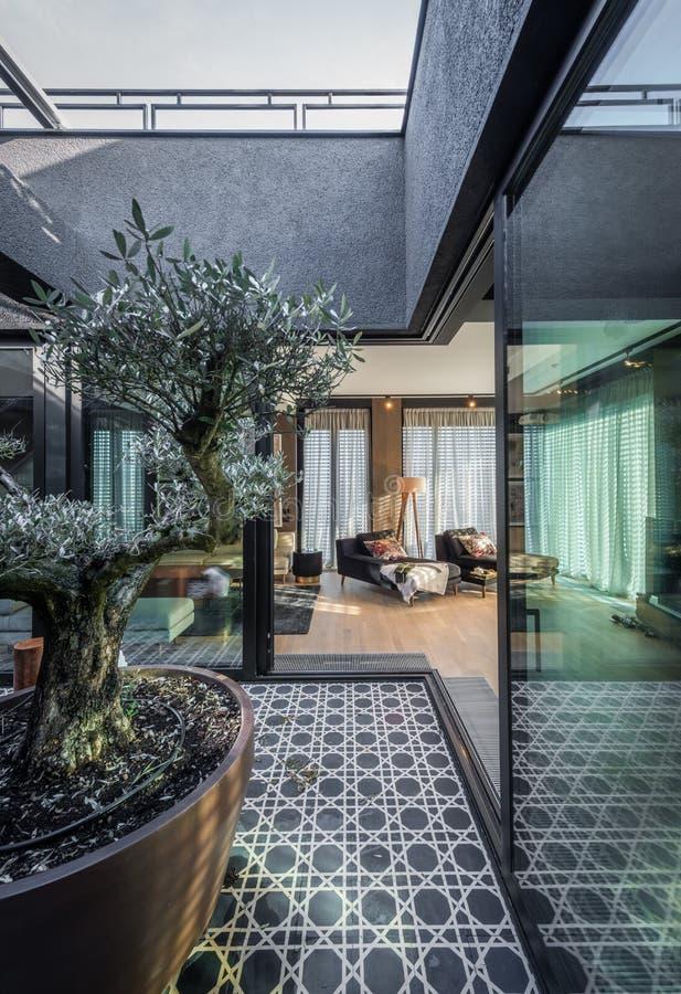 Interior de la terraza en el apartamento de lujo foto de archivo libre de regalías