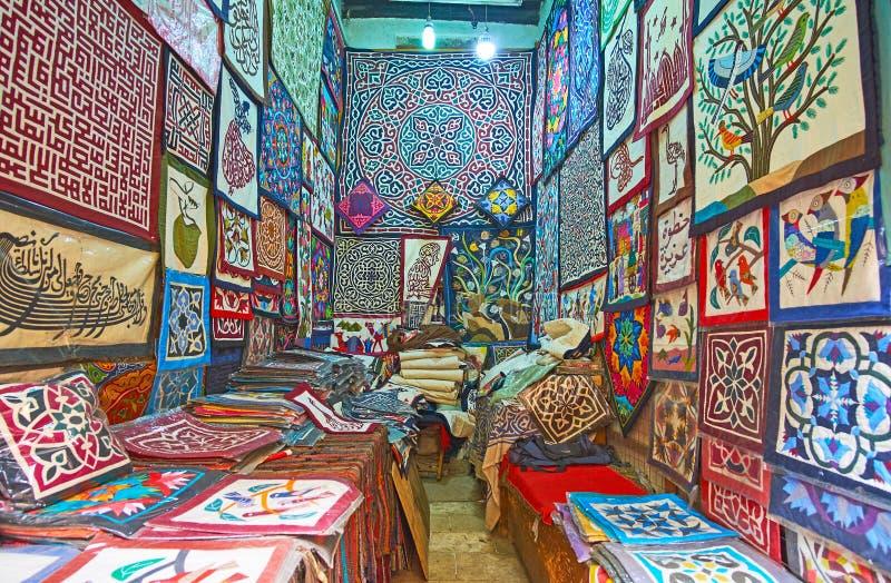 Interior de la tienda de la artesanía en el callejón de los Tentmakers, El Cairo, Egipto fotos de archivo libres de regalías