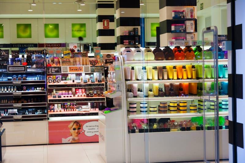 Interior de la tienda cosmética imagen de archivo