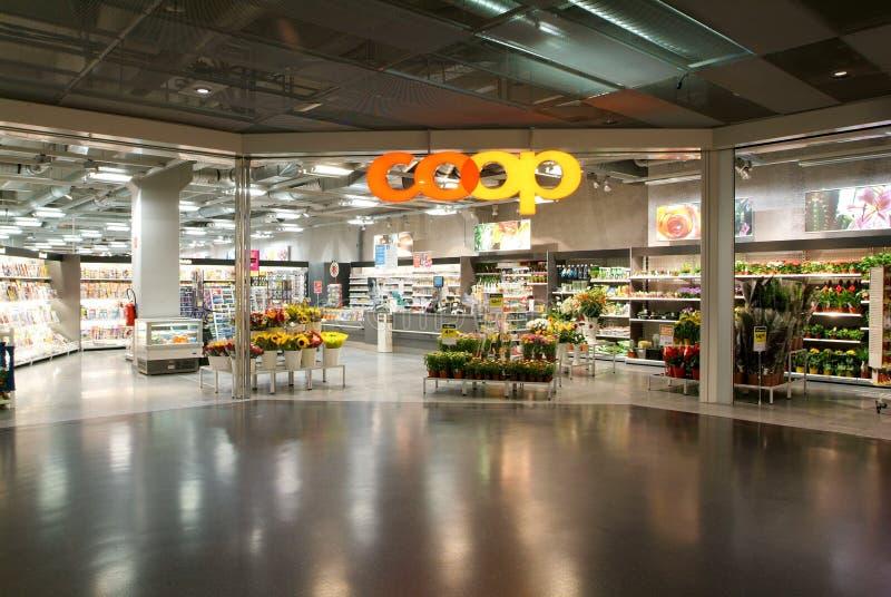 Interior de la tienda del supermercado del gallinero foto de archivo