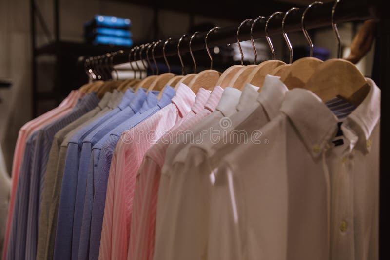 Interior de la tienda a estrenar de la ropa de la moda Milano Italia fotos de archivo