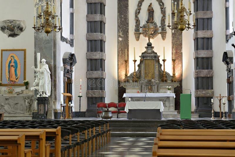 Interior de las riquezas-Claires aux. de Notre-Dame de la iglesia fotos de archivo