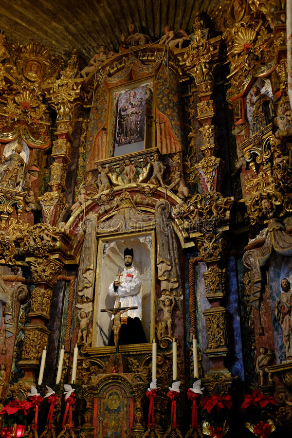 Interior de los símbolos religiosos de la capilla de la iglesia fotos de archivo