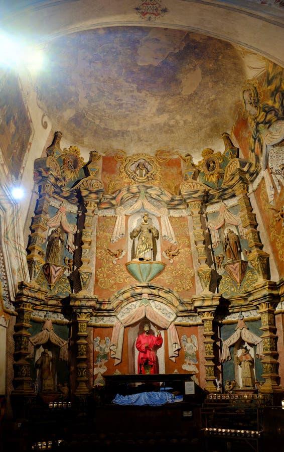 Interior de los símbolos religiosos de la capilla de la iglesia imágenes de archivo libres de regalías