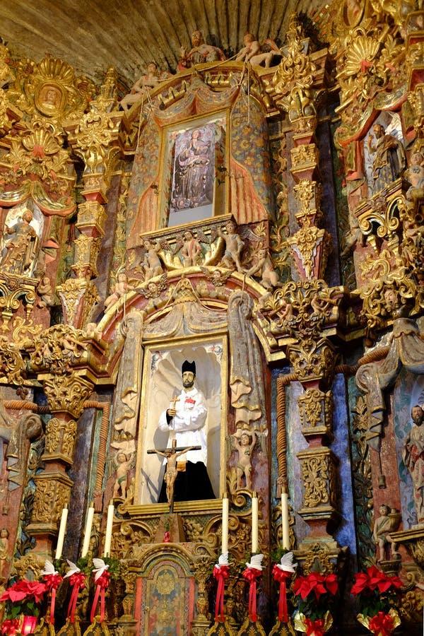 Interior de los símbolos religiosos de la capilla de la iglesia fotos de archivo libres de regalías