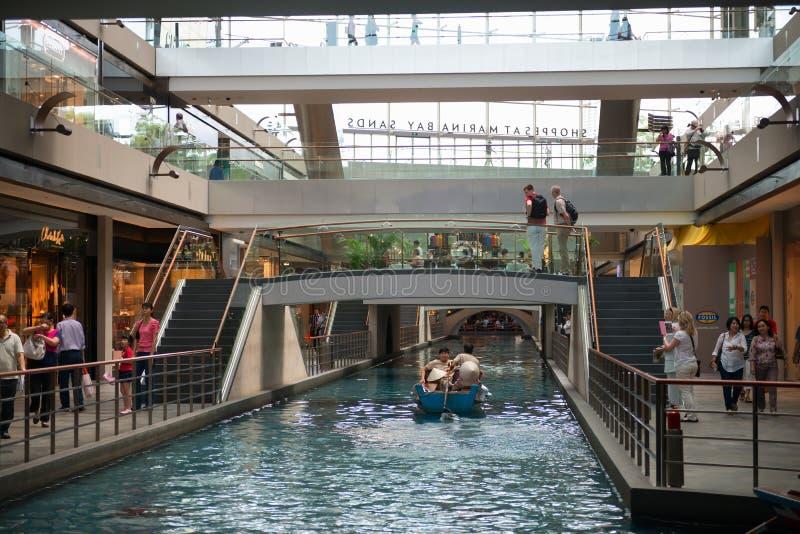 Interior de los Shoppes en la alameda de compras de lujo de Marina Bay Sands fotografía de archivo