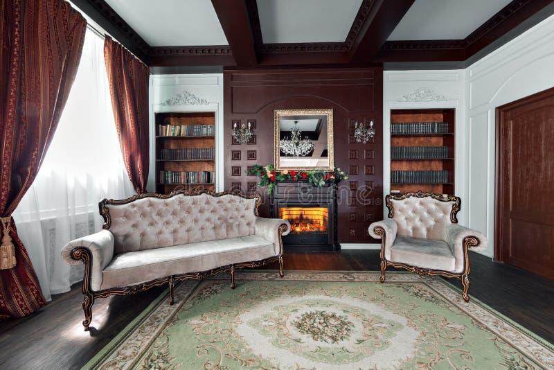 Interior de lujo de la biblioteca casera Salón con muebles elegantes imagen de archivo