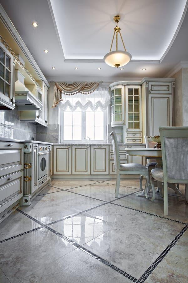 Interior de lujo de la cocina imagen de archivo