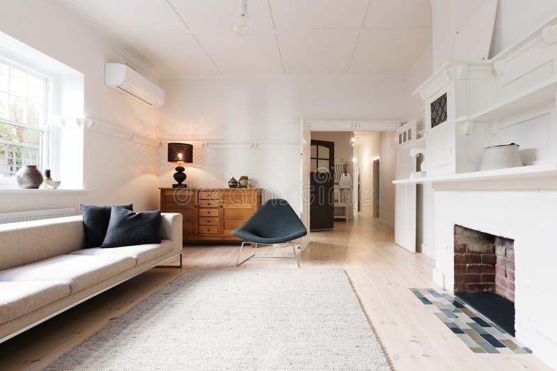 Interior de lujo de la sala de estar diseñado en mobiliario contemporáneo imagen de archivo