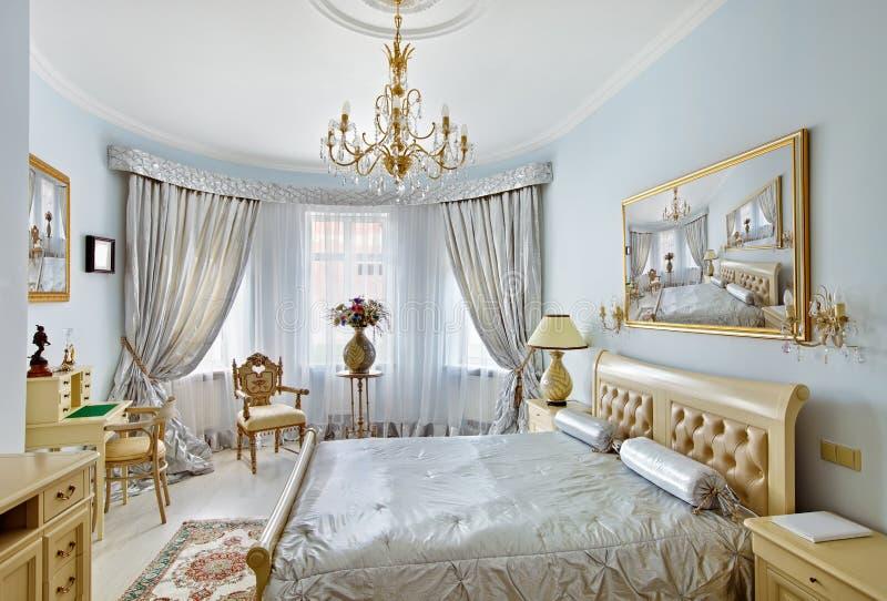Interior de lujo del dormitorio del estilo clásico en azul imagen de archivo