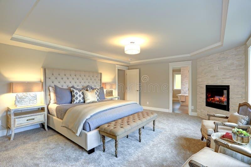Interior de lujo del dormitorio principal fotografía de archivo