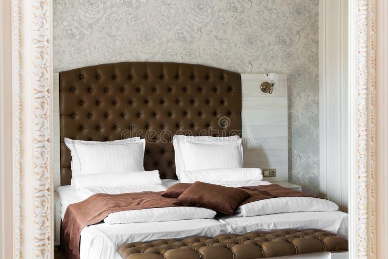 Interior de lujo del dormitorio reflejado en un espejo fotografía de archivo